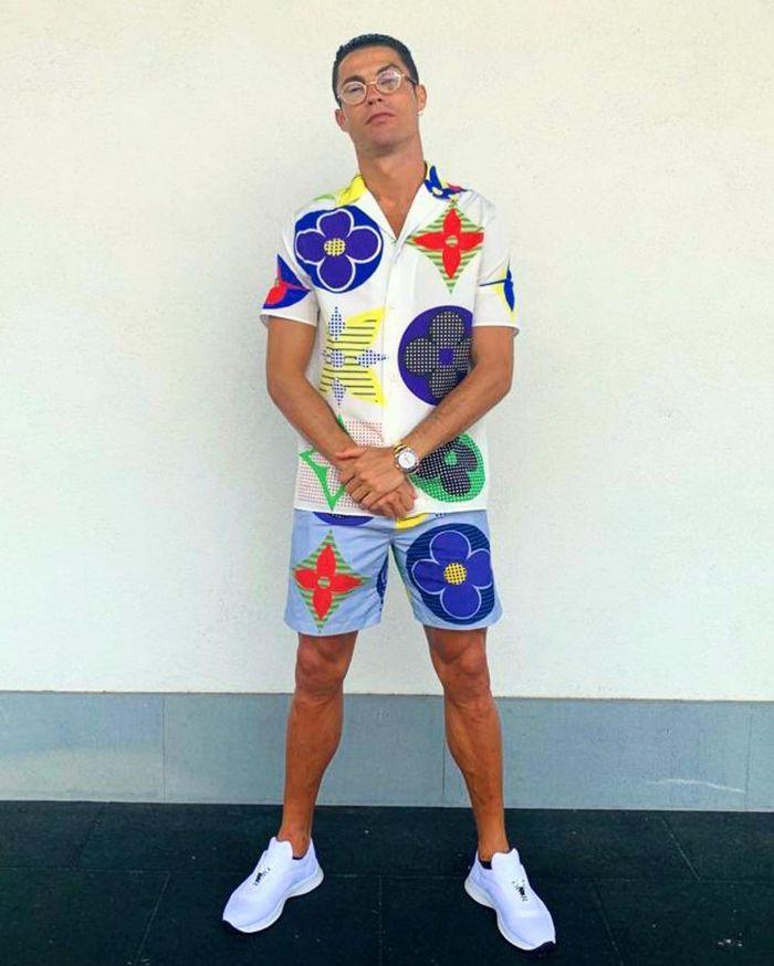 Ronaldo gây bão khi xuất hiện cùng bộ trang phục vô cùng sặc sỡ, đồng đội sốc nặng thốt lên: Không thể tin nổi - Ảnh 1.