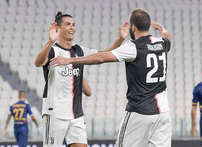 Ronaldo gây bão khi xuất hiện cùng bộ trang phục vô cùng sặc sỡ, đồng đội sốc nặng thốt lên: Không thể tin nổi - Ảnh 3.