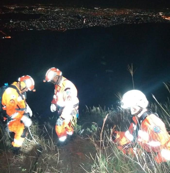 Lật xe rơi xuống vực sâu 200 m, cầu thủ bóng đá thoát chết thần kỳ nhờ lái xế hộp xịn? - Ảnh 2.