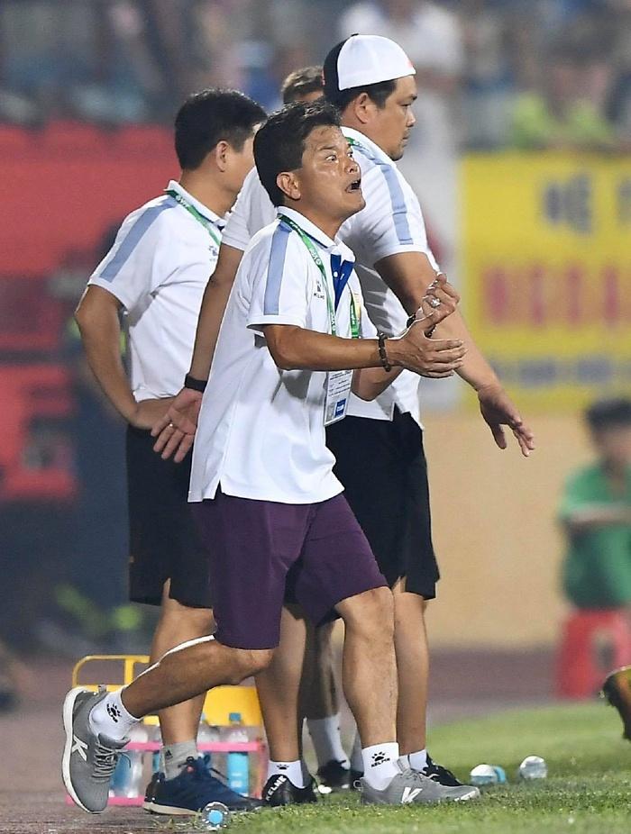 CĐV Nam Định chửi bới, ném vật thể lạ xuống sân khiến tuyển thủ U23 giật nảy mình - Ảnh 2.