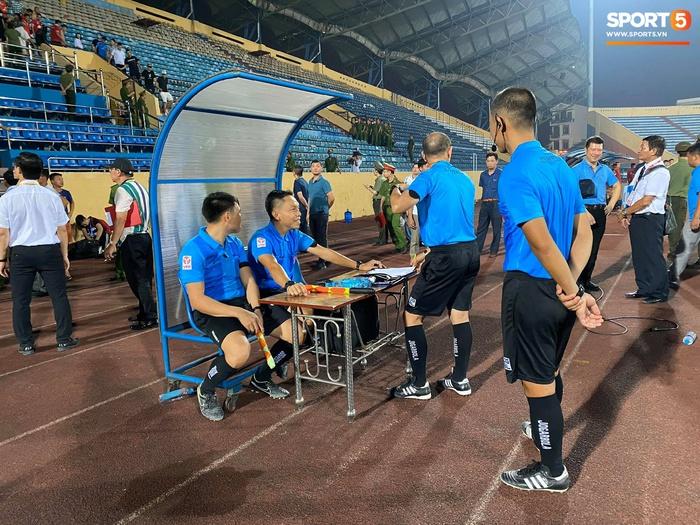 CĐV Nam Định chửi bới, ném vật thể lạ xuống sân khiến tuyển thủ U23 giật nảy mình - Ảnh 3.