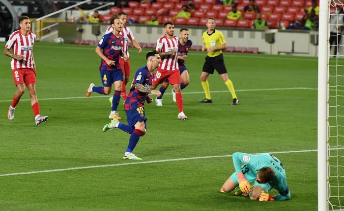 Messi và đồng đội hụt hơi trong cuộc đua vô địch với đối thủ truyền kiếp - Ảnh 4.