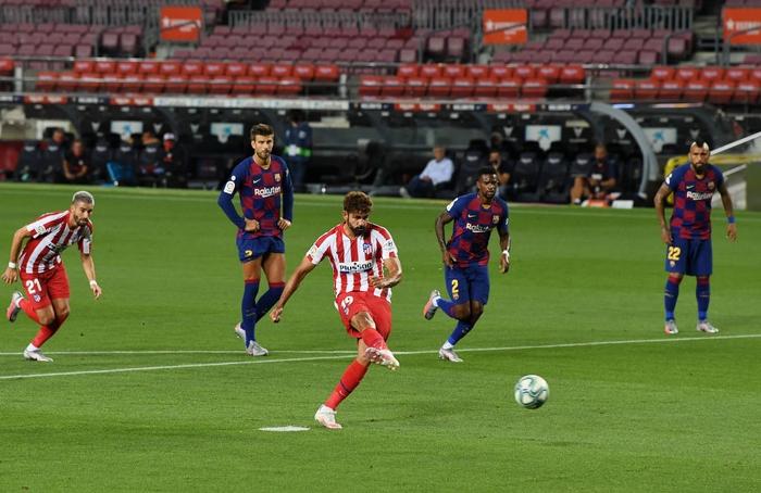 Messi và đồng đội hụt hơi trong cuộc đua vô địch với đối thủ truyền kiếp - Ảnh 2.