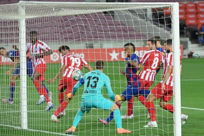 Messi và đồng đội hụt hơi trong cuộc đua vô địch với đối thủ truyền kiếp - Ảnh 1.