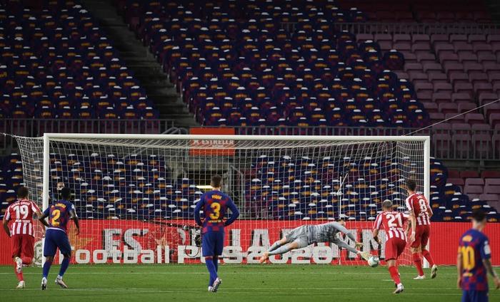 Messi và đồng đội hụt hơi trong cuộc đua vô địch với đối thủ truyền kiếp - Ảnh 6.