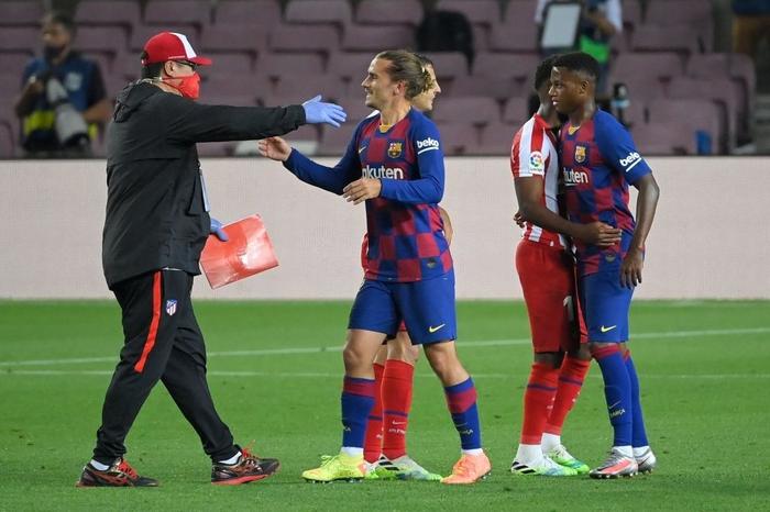 Messi và đồng đội hụt hơi trong cuộc đua vô địch với đối thủ truyền kiếp - Ảnh 8.