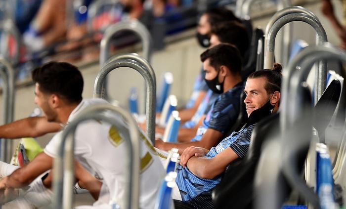 Lấy khẩu trang bịt mắt giả vở ngủ giữa lúc đội nhà thi đấu, siêu sao Gareth Bale phải chịu cơn mưa gạch đá - Ảnh 3.