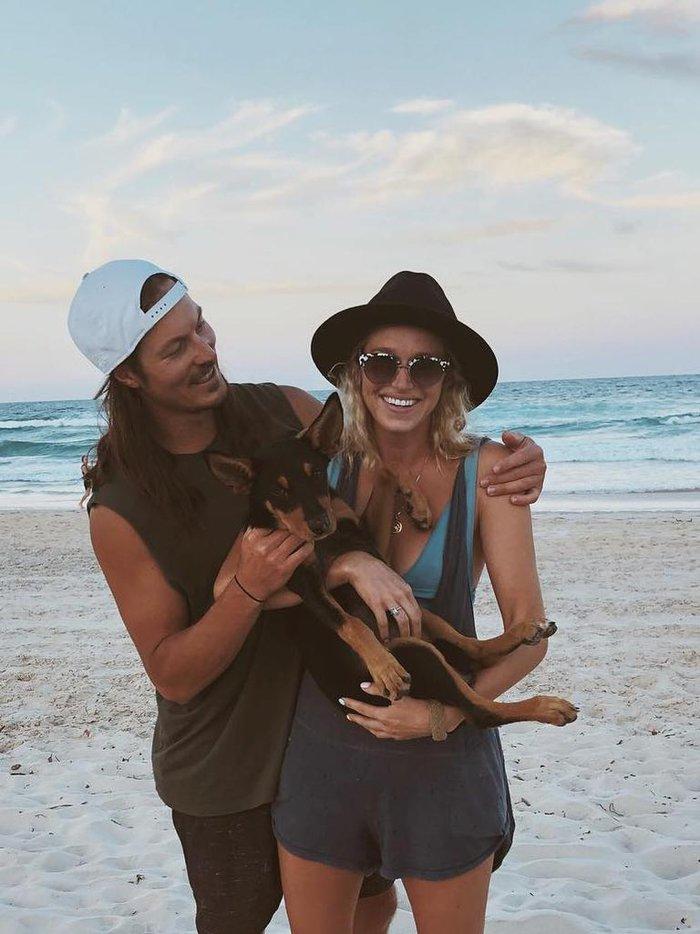 Xót xa hình ảnh chú chó buồn bã ngồi đợi nhà vô địch thế giới tại bờ biển nơi anh không may bị chết đuối - ảnh 2