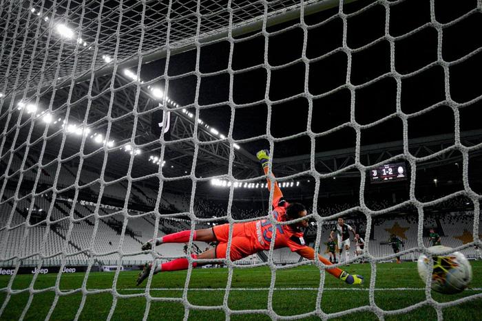 Ronaldo tỏa sáng với cú đúp bàn thắng, fan lại được dịp cà khịa: Thánh Penaldo hiển linh đây rồi! - Ảnh 5.