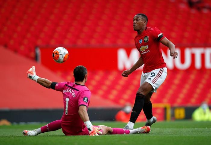 Thủng lưới phút 90+6, Manchester United đánh mất cơ hội vào top 3 sau trận hoà tiếc nuối trước Southampton - Ảnh 3.