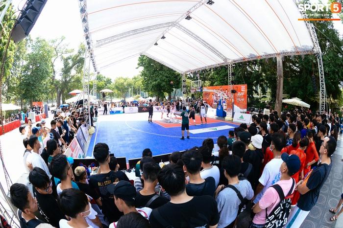 """Lễ hội bóng rổ trên phố đi bộ Hà Nội: Trai xinh gái đẹp tụ tập trước tượng đài Lý Thái Tổ, hào hứng theo dõi dàn nam thần VBA """"quẩy"""" bóng - Ảnh 2."""