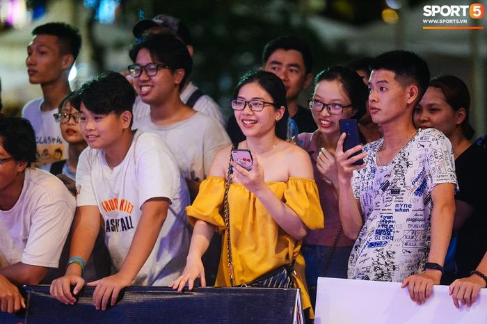 """Lễ hội bóng rổ trên phố đi bộ Hà Nội: Trai xinh gái đẹp tụ tập trước tượng đài Lý Thái Tổ, hào hứng theo dõi dàn nam thần VBA """"quẩy"""" bóng - Ảnh 8."""