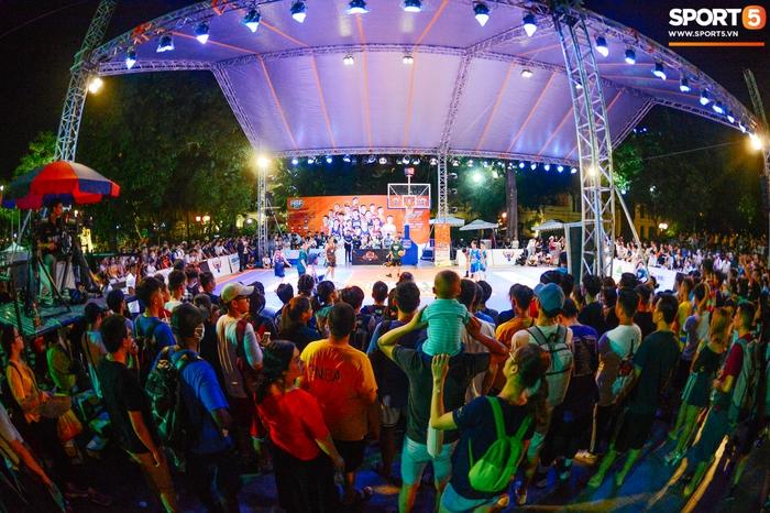 """Lễ hội bóng rổ trên phố đi bộ Hà Nội: Trai xinh gái đẹp tụ tập trước tượng đài Lý Thái Tổ, hào hứng theo dõi dàn nam thần VBA """"quẩy"""" bóng - Ảnh 12."""