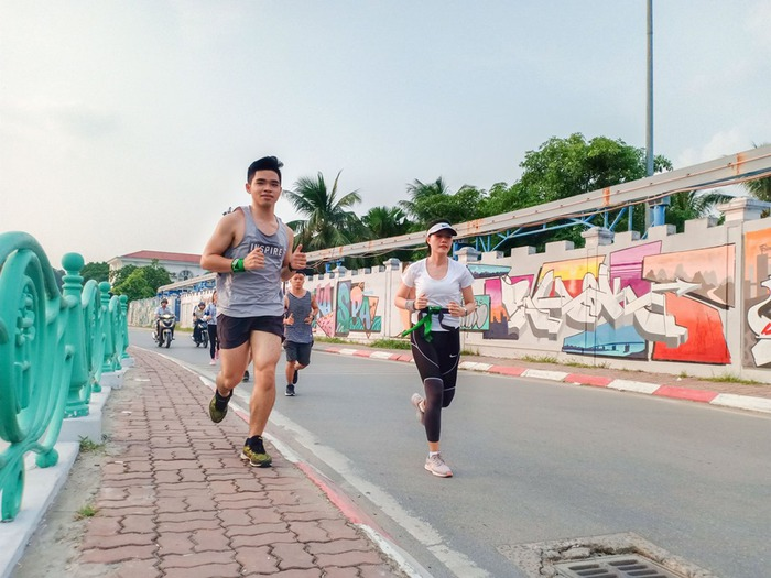 Lần đầu tiên tổ chức giải chạy half marathon vòng quanh hồ Tây, huy chương gây ấn tượng - Ảnh 1.