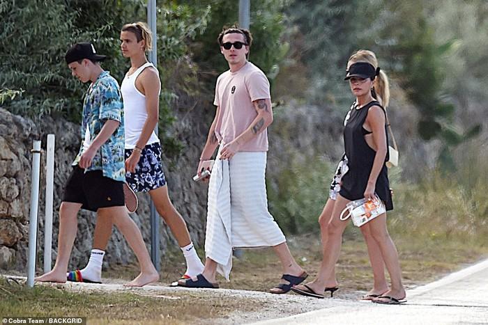 Con dâu tương lai vi vu sang Italy du lịch cùng gia đình Beckham, gây chú ý trong lần đầu lộ diện cạnh Brooklyn kể từ sau tuyên bố đính hôn - Ảnh 1.