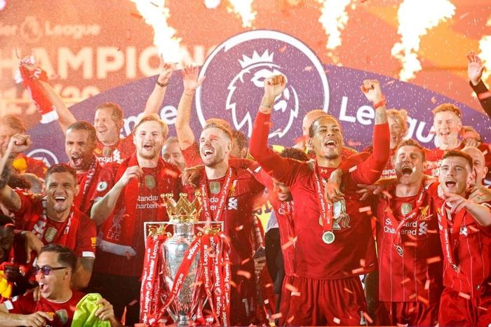 Những khoảnh khắc rực rỡ nhất trong ngày Liverpool nâng cúp vô địch Anh sau 30 năm mòn mỏi chờ đợi - Ảnh 6.