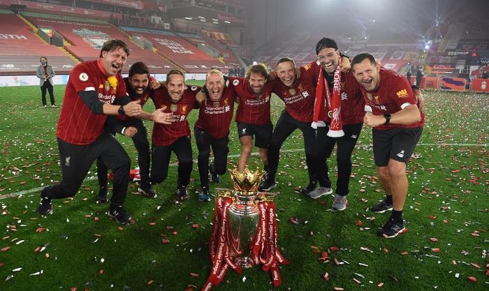 Những khoảnh khắc rực rỡ nhất trong ngày Liverpool nâng cúp vô địch Anh sau 30 năm mòn mỏi chờ đợi - Ảnh 14.