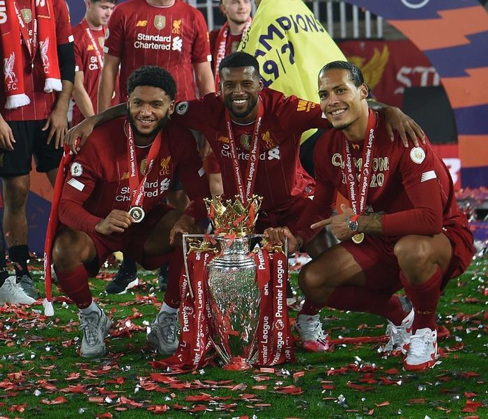 Những khoảnh khắc rực rỡ nhất trong ngày Liverpool nâng cúp vô địch Anh sau 30 năm mòn mỏi chờ đợi - Ảnh 11.