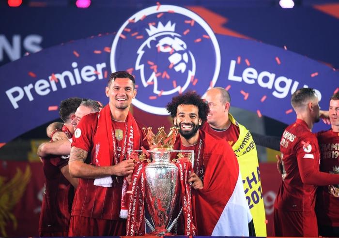Những khoảnh khắc rực rỡ nhất trong ngày Liverpool nâng cúp vô địch Anh sau 30 năm mòn mỏi chờ đợi - Ảnh 12.