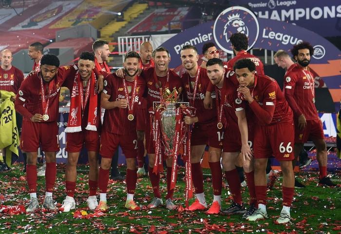 Những khoảnh khắc rực rỡ nhất trong ngày Liverpool nâng cúp vô địch Anh sau 30 năm mòn mỏi chờ đợi - Ảnh 9.