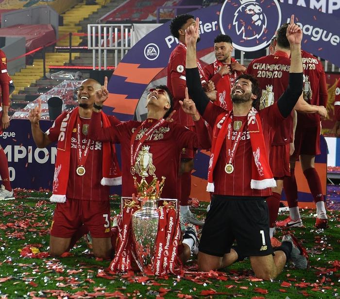 Những khoảnh khắc rực rỡ nhất trong ngày Liverpool nâng cúp vô địch Anh sau 30 năm mòn mỏi chờ đợi - Ảnh 10.