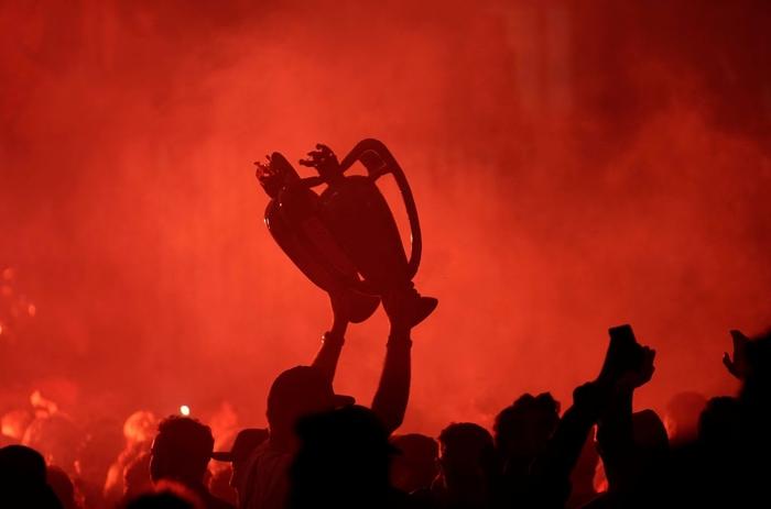 Những khoảnh khắc rực rỡ nhất trong ngày Liverpool nâng cúp vô địch Anh sau 30 năm mòn mỏi chờ đợi - Ảnh 20.