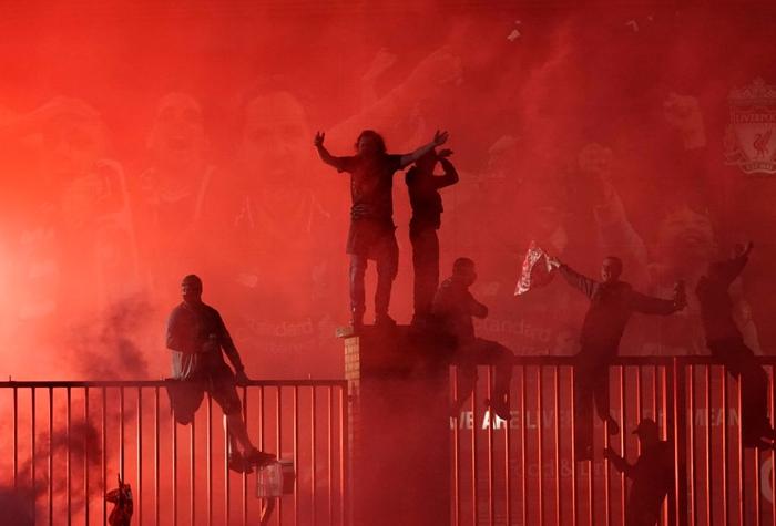 Những khoảnh khắc rực rỡ nhất trong ngày Liverpool nâng cúp vô địch Anh sau 30 năm mòn mỏi chờ đợi - Ảnh 17.