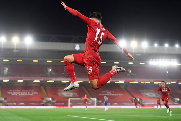 Những khoảnh khắc rực rỡ nhất trong ngày Liverpool nâng cúp vô địch Anh sau 30 năm mòn mỏi chờ đợi - Ảnh 2.