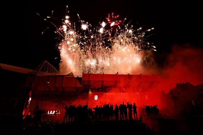 Những khoảnh khắc rực rỡ nhất trong ngày Liverpool nâng cúp vô địch Anh sau 30 năm mòn mỏi chờ đợi - Ảnh 8.