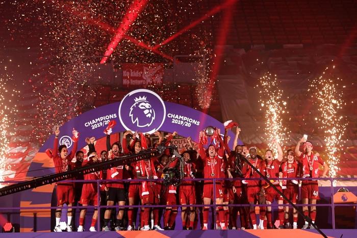 Những khoảnh khắc rực rỡ nhất trong ngày Liverpool nâng cúp vô địch Anh sau 30 năm mòn mỏi chờ đợi - Ảnh 3.