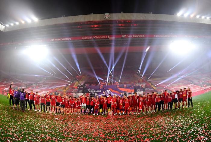 Những khoảnh khắc rực rỡ nhất trong ngày Liverpool nâng cúp vô địch Anh sau 30 năm mòn mỏi chờ đợi - Ảnh 7.