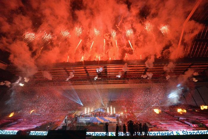 Những khoảnh khắc rực rỡ nhất trong ngày Liverpool nâng cúp vô địch Anh sau 30 năm mòn mỏi chờ đợi - Ảnh 4.