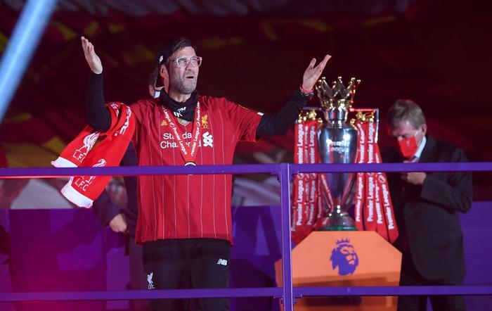 Những khoảnh khắc rực rỡ nhất trong ngày Liverpool nâng cúp vô địch Anh sau 30 năm mòn mỏi chờ đợi - Ảnh 19.