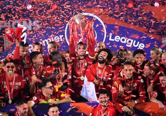 Những khoảnh khắc rực rỡ nhất trong ngày Liverpool nâng cúp vô địch Anh sau 30 năm mòn mỏi chờ đợi - Ảnh 5.