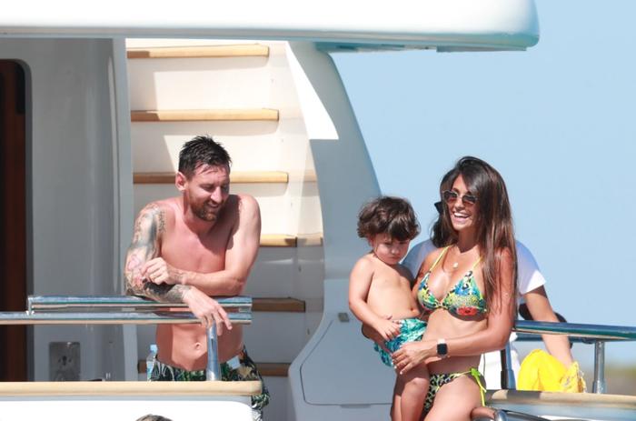 Gác lại nỗi buồn mất chức vô địch, Messi tình tứ bên vợ trong kỳ nghỉ trên du thuyền sang chảnh - Ảnh 3.