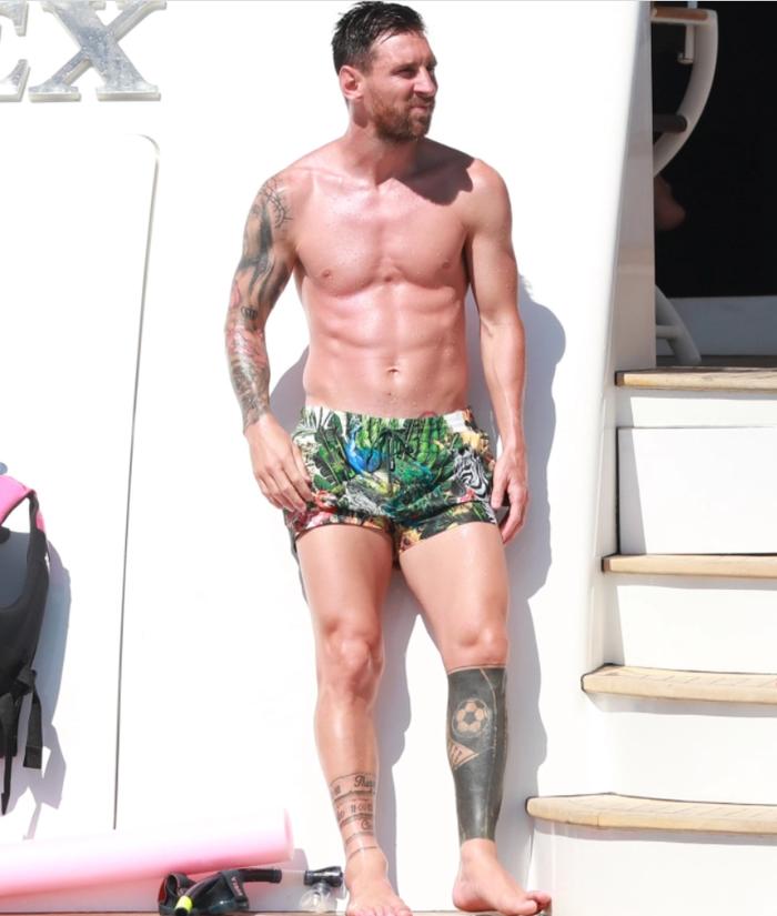 Gác lại nỗi buồn mất chức vô địch, Messi tình tứ bên vợ trong kỳ nghỉ trên du thuyền sang chảnh - Ảnh 1.