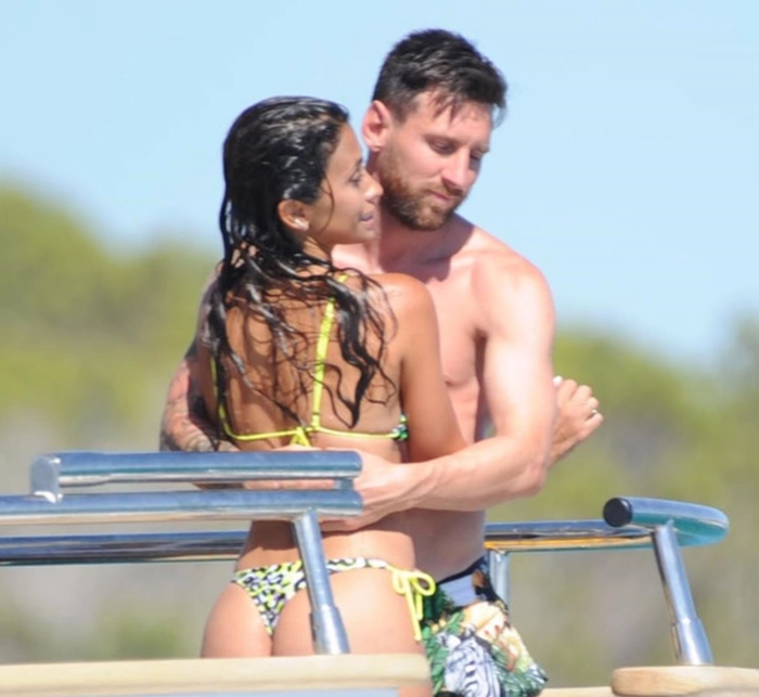 Gác lại nỗi buồn mất chức vô địch, Messi tình tứ bên vợ trong kỳ nghỉ trên du thuyền sang chảnh - Ảnh 2.