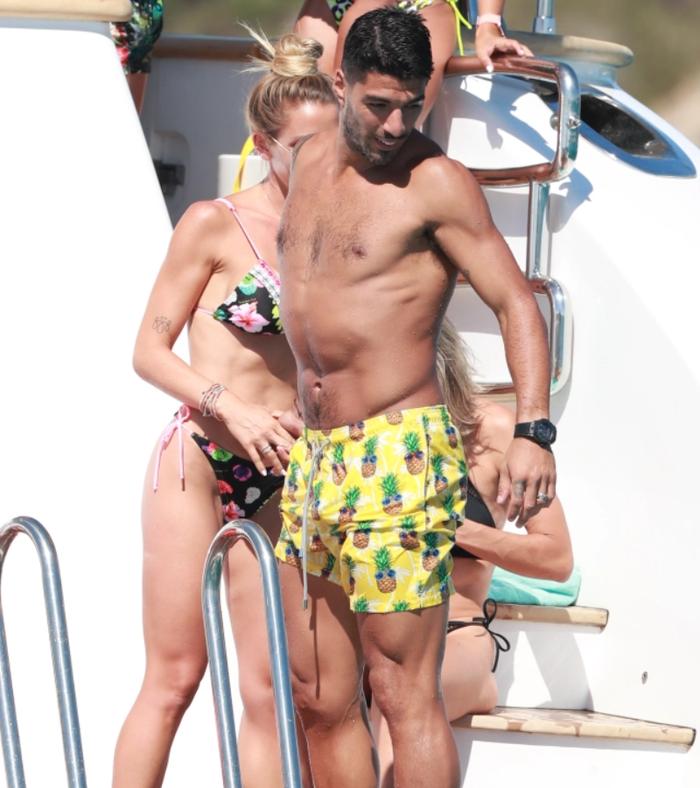 Gác lại nỗi buồn mất chức vô địch, Messi tình tứ bên vợ trong kỳ nghỉ trên du thuyền sang chảnh - Ảnh 6.