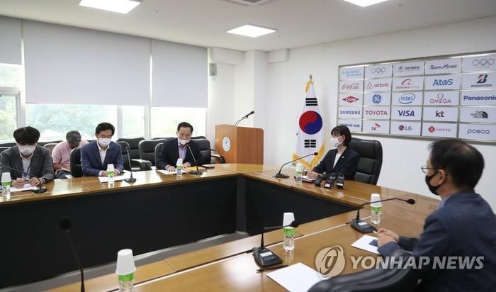 Cầu thủ bóng ném Hàn Quốc tố cáo đàn anh tấn công, phi dao vào người - Ảnh 1.