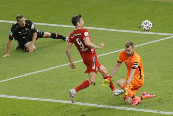 Ghi bàn vừa đẳng cấp vừa hài hước, chân sút đáng sợ nhất châu Âu mùa này giúp Bayern hoàn tất cú đúp danh hiệu - Ảnh 5.
