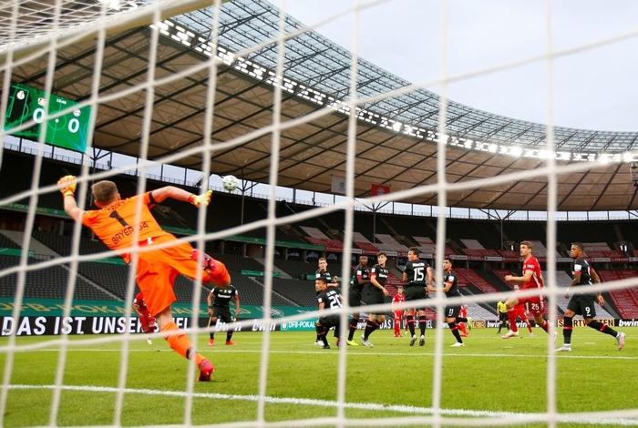 Ghi bàn vừa đẳng cấp vừa hài hước, chân sút đáng sợ nhất châu Âu mùa này giúp Bayern hoàn tất cú đúp danh hiệu - Ảnh 6.