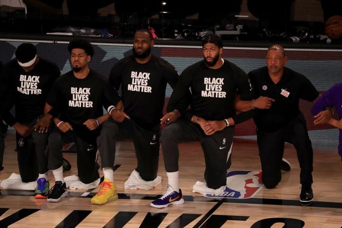 """MXH """"dậy sóng"""" trước hành động fan hâm mộ đốt áo đấu của LeBron James và Anthony Davis sau khi quỳ gối hát quốc ca - Ảnh 1."""