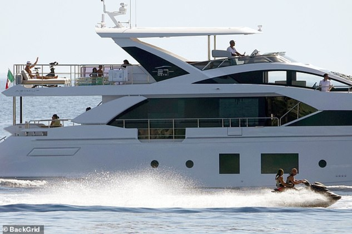 Lại lênh đênh trên biển cùng gia đình khám phá miền đất mới nhưng Ronaldo dường như vẫn chưa hết buồn - Ảnh 6.