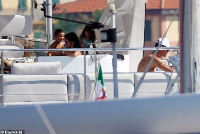 Lại lênh đênh trên biển cùng gia đình khám phá miền đất mới nhưng Ronaldo dường như vẫn chưa hết buồn - Ảnh 2.