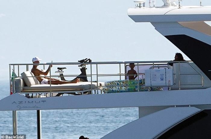Lại lênh đênh trên biển cùng gia đình khám phá miền đất mới nhưng Ronaldo dường như vẫn chưa hết buồn - Ảnh 5.