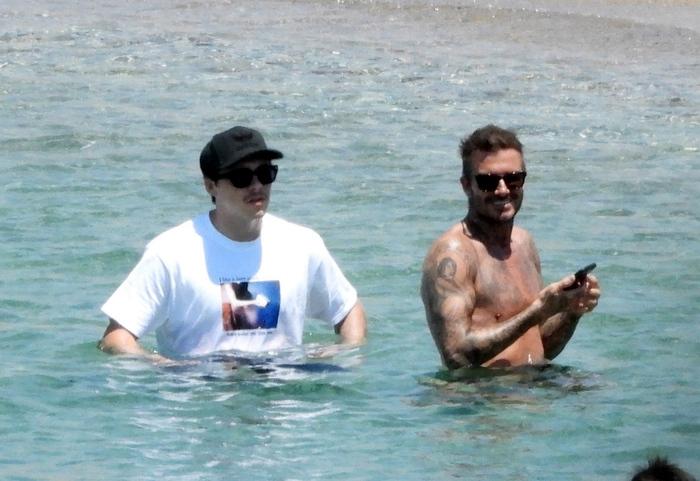 David Beckham nổi bần bật với body căng đét khi ra biển cùng dàn quý tử nhưng gây chú ý nhất lại là chiếc quần bơi sặc sỡ có giá 11 triệu đồng - Ảnh 6.