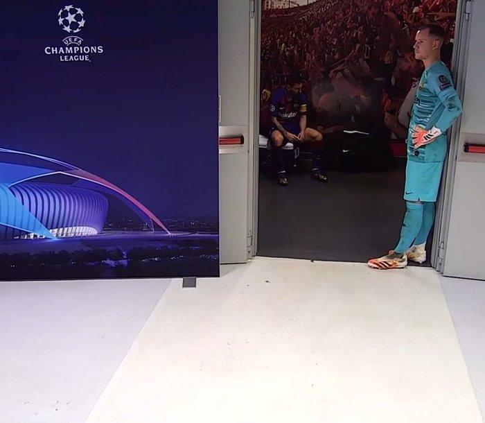Cầu thủ Barca trút giận lên băng ghế dự bị khi Coutinho ghi bàn thứ 8 cho Bayern - Ảnh 2.