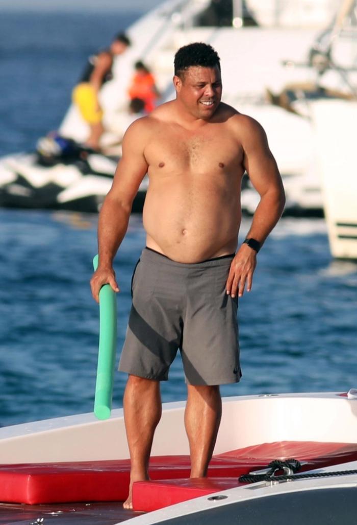 Ronaldo béo gây chú ý khi đi nghỉ mát cùng bạn gái kém 15 tuổi: Vòng 2 vẫn lớn nhưng ngoại hình đã khiến các fan yên tâm phần nào - Ảnh 3.