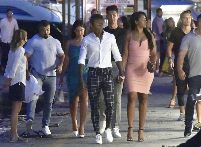 Ronaldo và bạn gái lại khiến dân tình ghen tị: Tay trong tay dạo biển, ăn tối lãng mạn - ảnh 2
