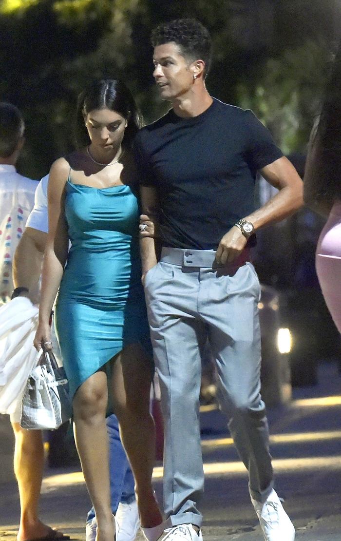 Ronaldo và bạn gái lại khiến dân tình ghen tị: Tay trong tay dạo biển, ăn tối lãng mạn - ảnh 1